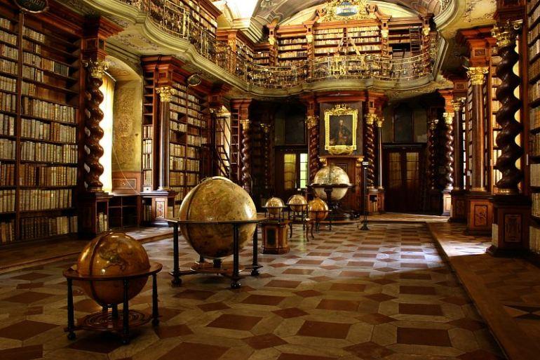 Klementinum_Baroque_library_014